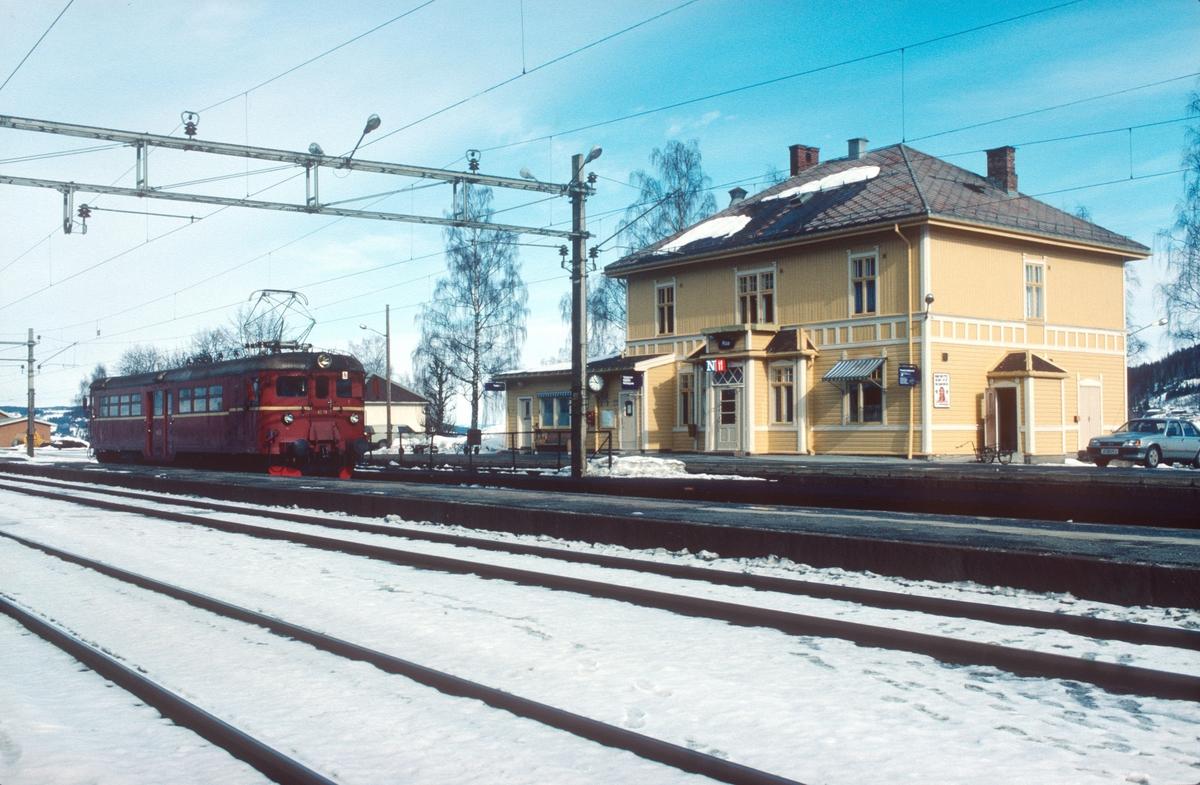 Roa stasjon med Kalvsjøblakken, persontoget mellom Roa og Hønefoss.