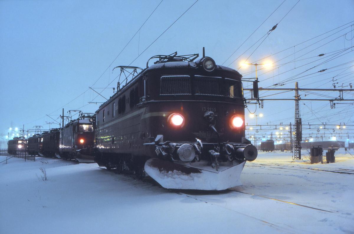 """Alnabru skiftestasjon, """"Syd"""". Lokomotiver står klare til å skiftes inn til sine respektive togstammer når togene er ferdig sammenskiftet. Elektriske lokomotiver type El 13 og El 16."""