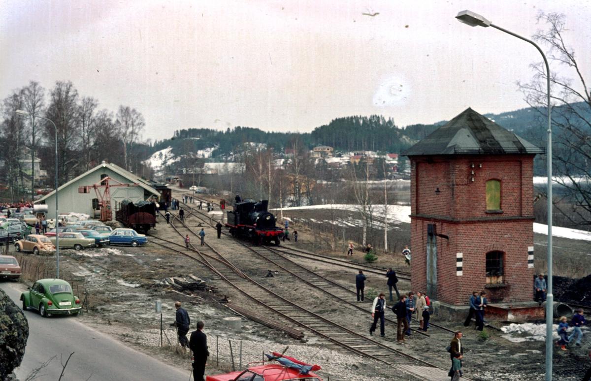 Oversiktsbilde over Krøderen stasjon med veterantog fra Drammen.
