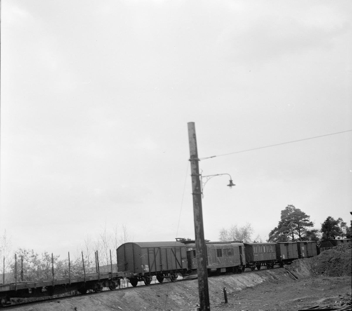 Diverse hensatte og utrangerte jernbanevogner.