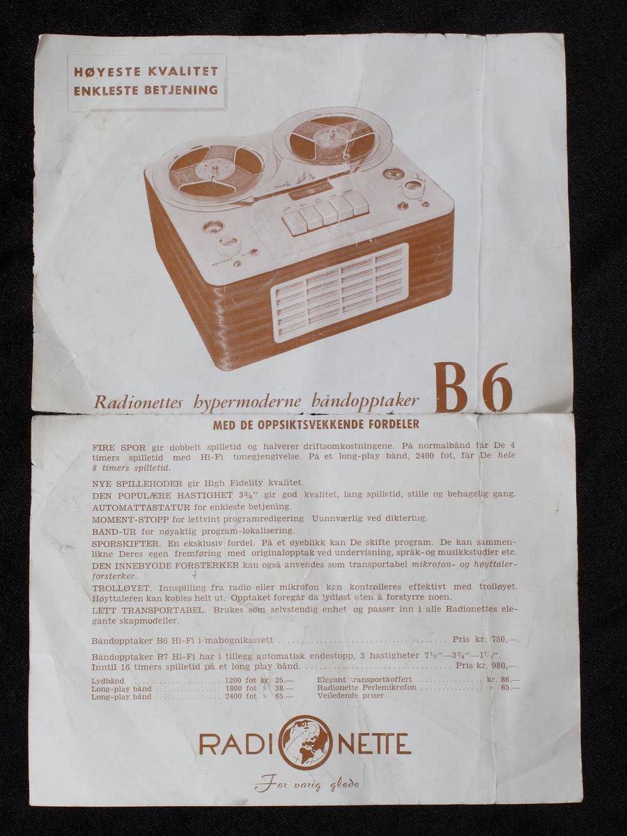Båndspiller, med tilhørende koffert.   a) Båndspiller. H. 16 x 35,7. B. 31.   b) Koffert. H. lokk 17,5. L. 38. B. 33.   Oker imit. lær. Merke:  Radionette. Båndspiller med gul plast overside med spole i hvit plast og betjeningspanel.   Tekst:  Track, Start, nede:  HØYTALER; MIK, MOMENT, AV. Sider av  mahogny, med høyttaler i fronten med gult  plastikk gitter. Koffert i imitert  lær (voksdukbasert), foret med oker lerret.