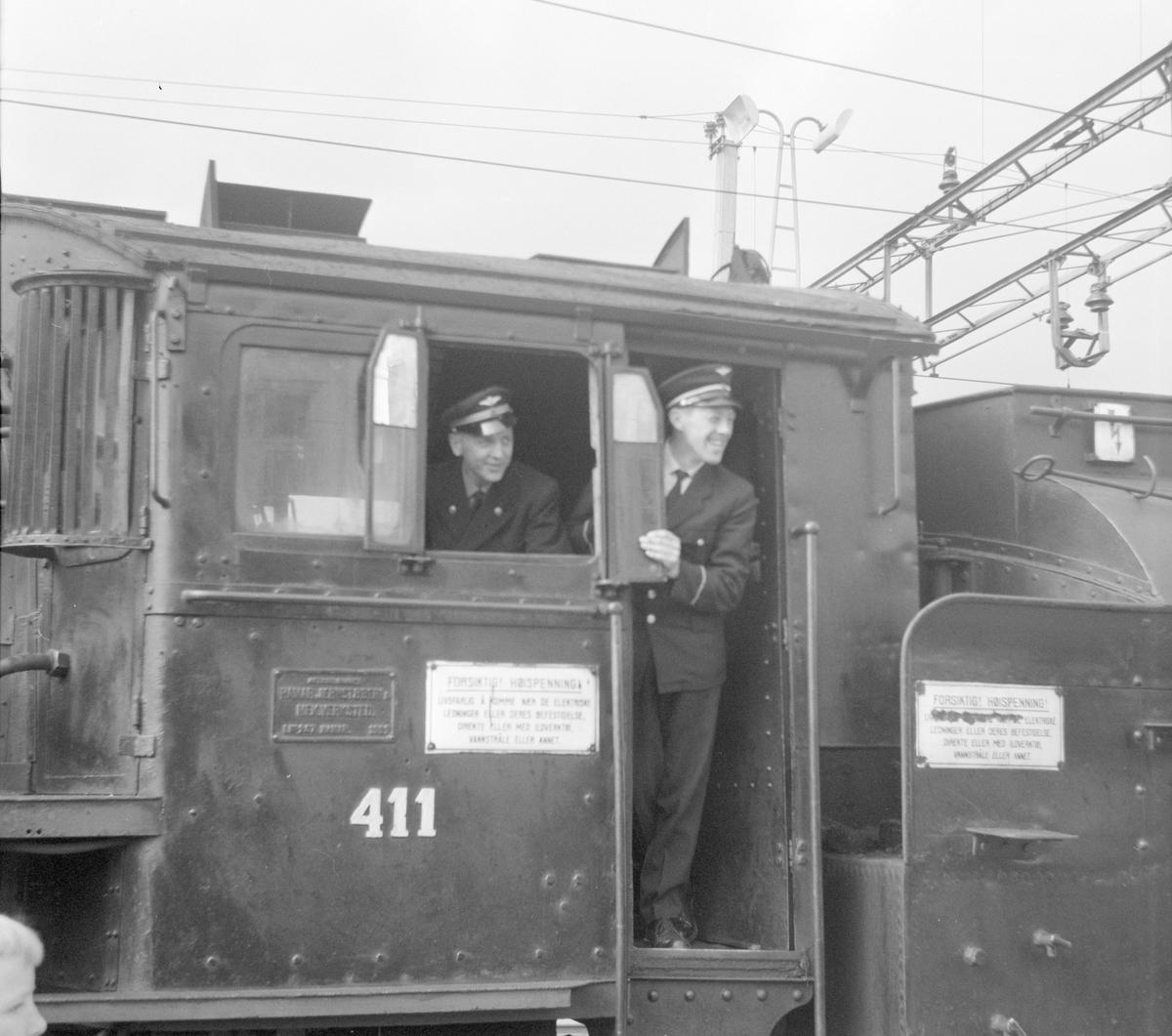 Lokomotivpersonalet på lok type 26c 411 på veterantogturen Kongsvinger-Hamar for A/L Hølandsbanen og Svenska Järnvägsklubben.