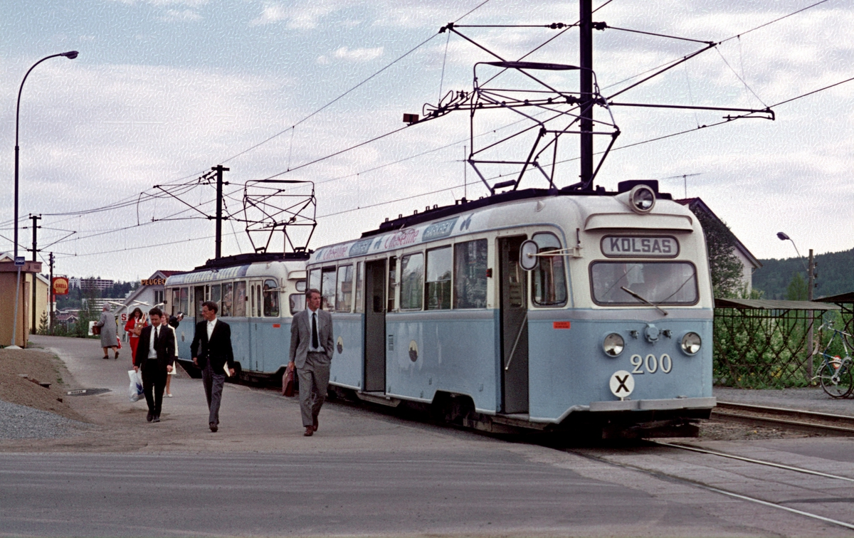 Oslo Sporveier. Gullfisker, B-tog, vogn 200 og 197, har ankommet Kolsås fra Østbanen.