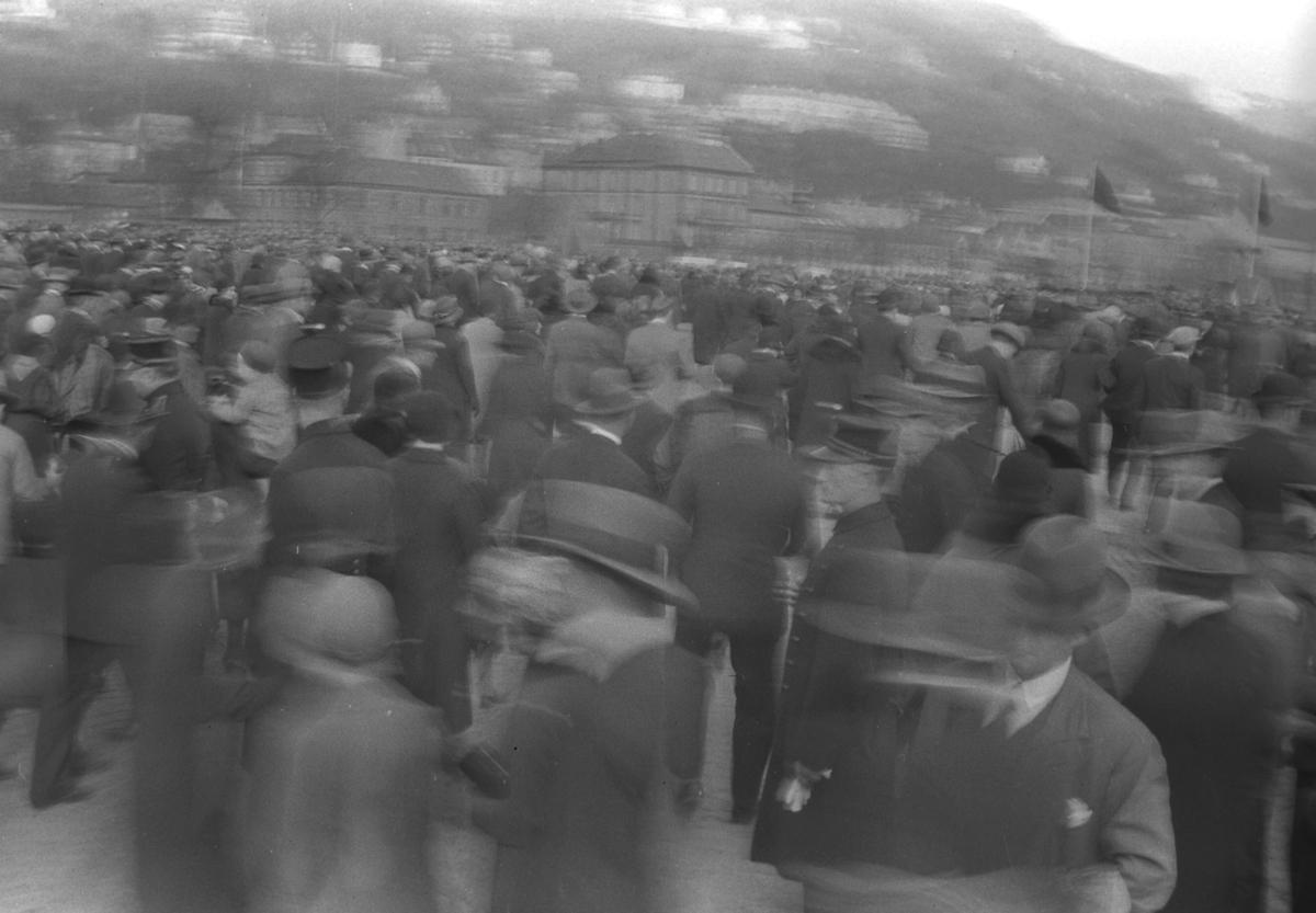 Mange pentkledte folk i Bergen. Anledningen er ukjent.