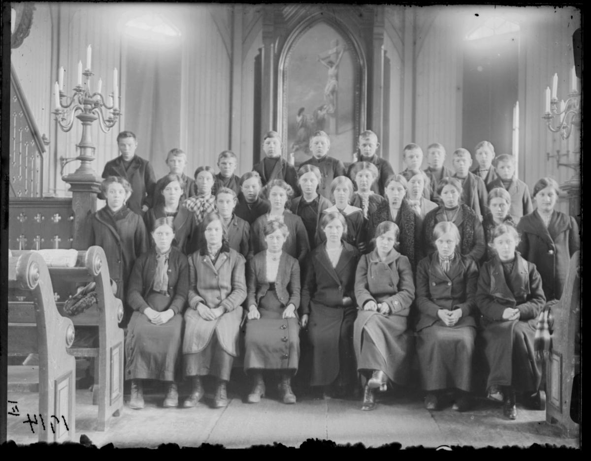 Konfirmanter, Vardø 1914. Bildet er tatt inne i kirka