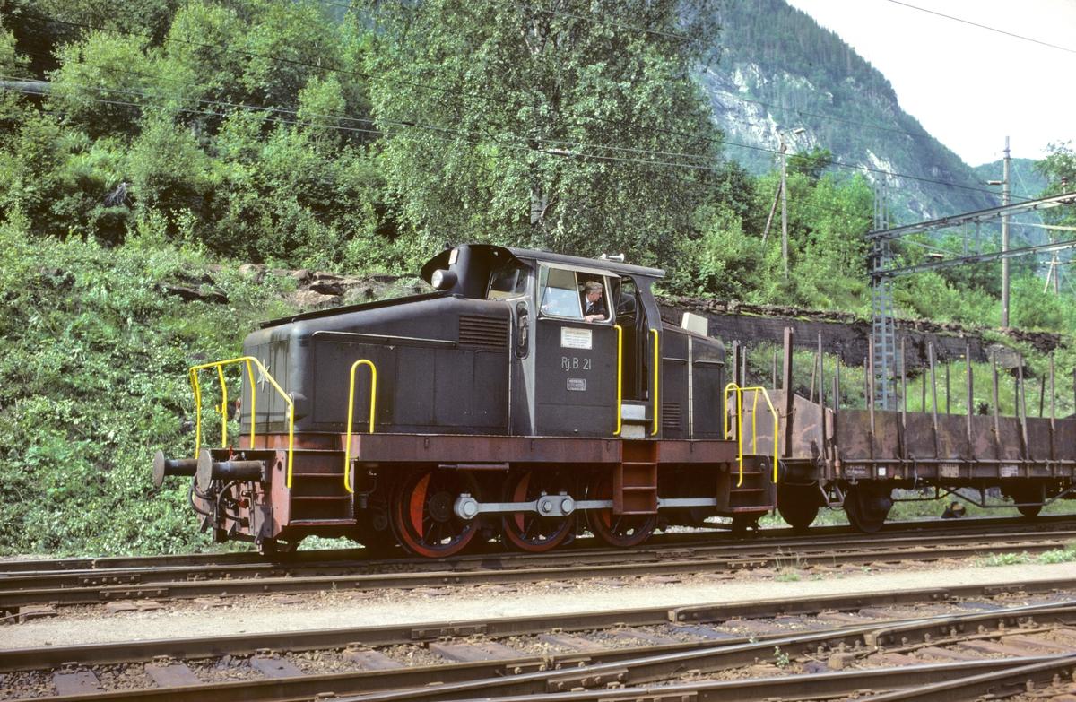 Rjukanbanen. Diesellokomotiv RjB 21 skifter på Rjukan stasjon. Lokomotivfører i arbeid. Norsk Hydro - Norsk Transportaktieselskap, Norsk Transport.