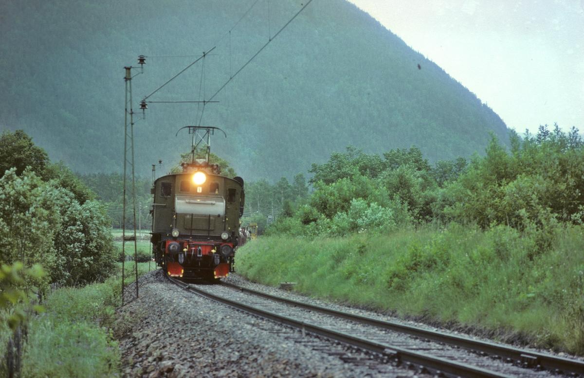 Rjukanbanen, Vestfjorddalen. Godstog til Mæl med elektrisk lokomotiv RjB 14 (NSB El 1 2001).