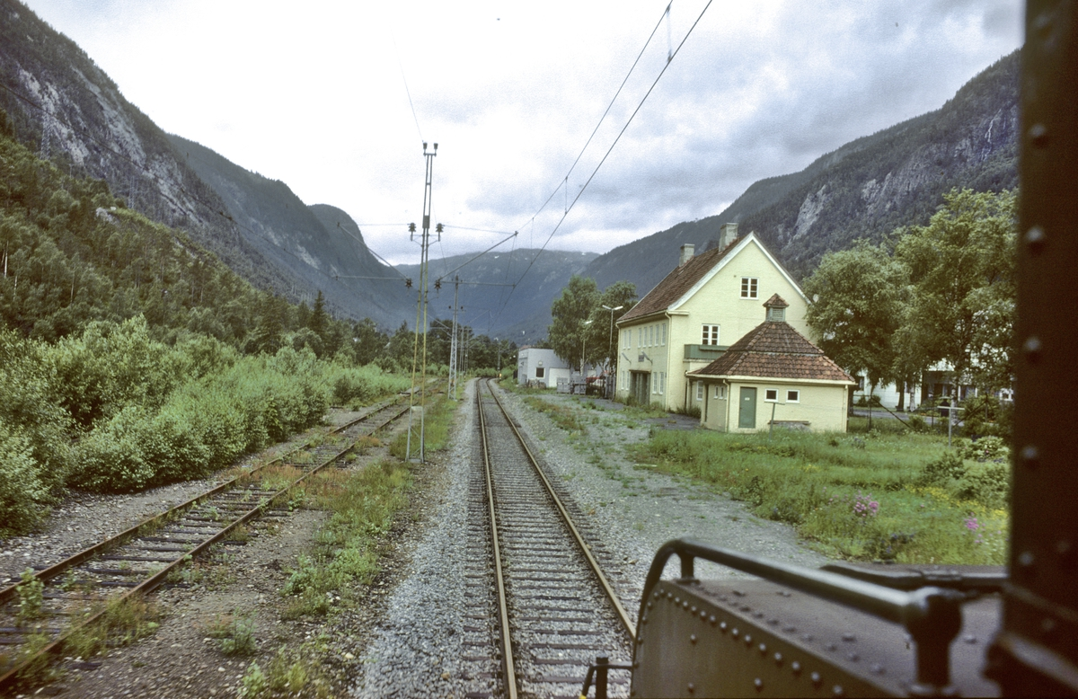Rjukanbanen, Ingolfsland stasjon sett fra lokomotivet i godstog fra Mæl til Rjukan. Norsk Hydro, Norsk Transportaktieselskap (Norsk Transport).