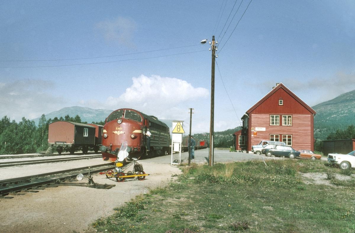 Godstog med NSB dieselelektrisk lokomotiv Di 3 625 har fått stoppsignal på Bjorli.
