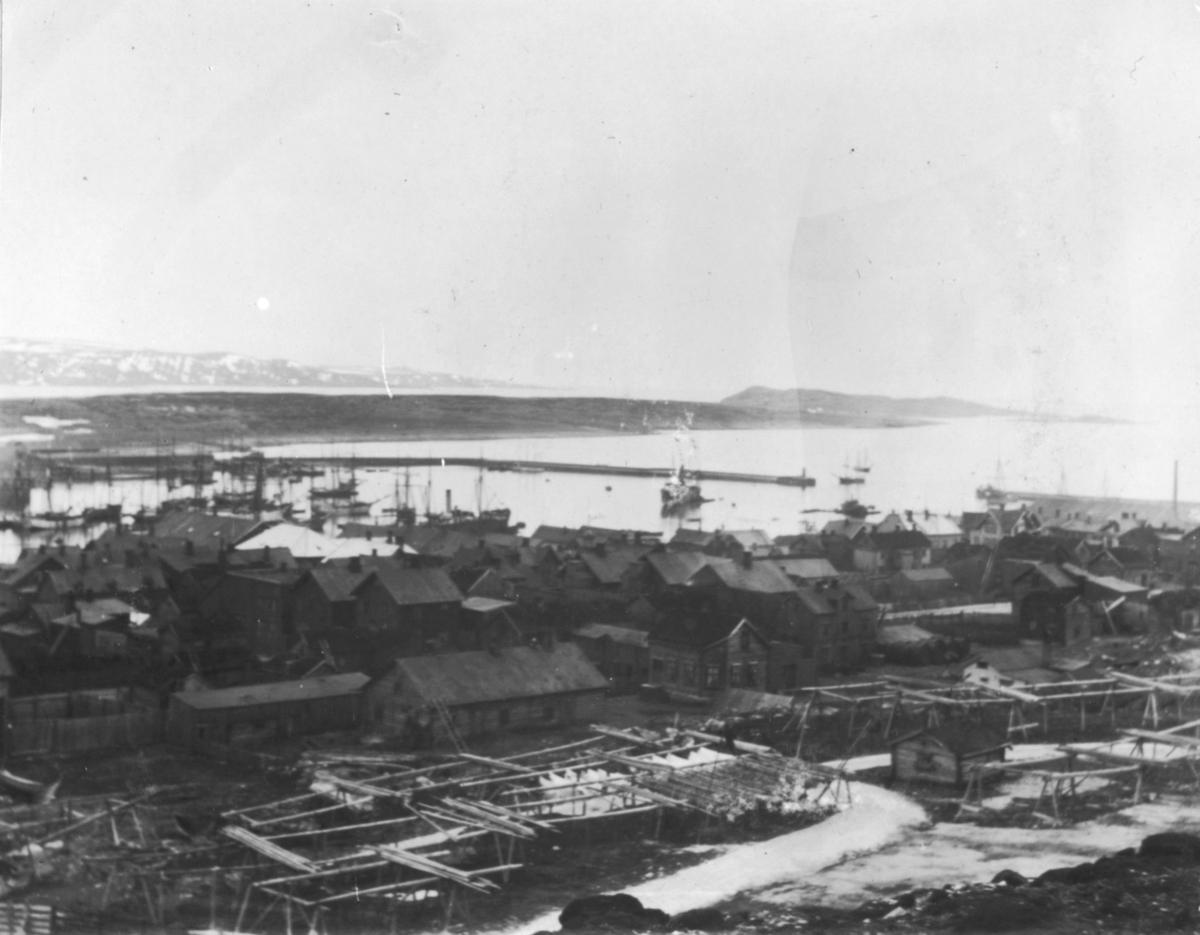 Et oversiktsbilde av Vardø. I forgrunnen hjeller.