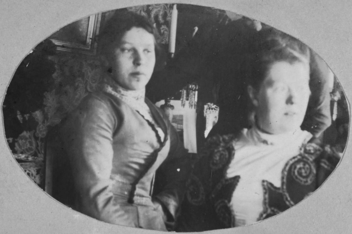 Karoline Ohlsen til vesntre og antagelig søsteren til høyre.
