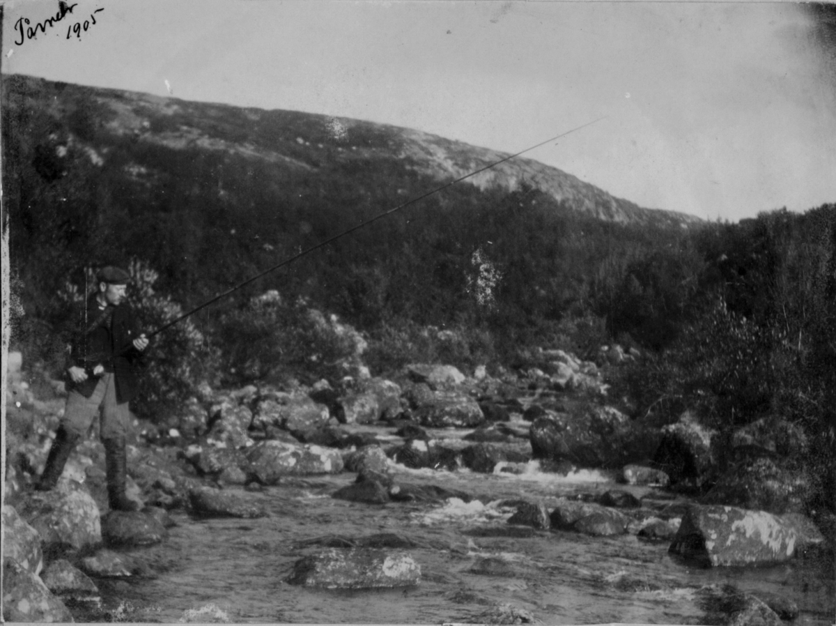 Tårnet 1905. En mann står og fisker i elva.