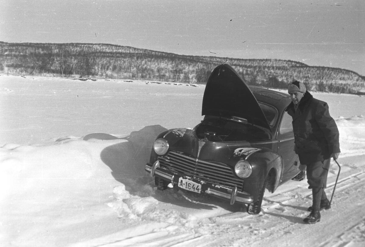 Bilsakkyndig Anders Wiborg Thune med en Peugeot 203 på vinterveien i Tana.