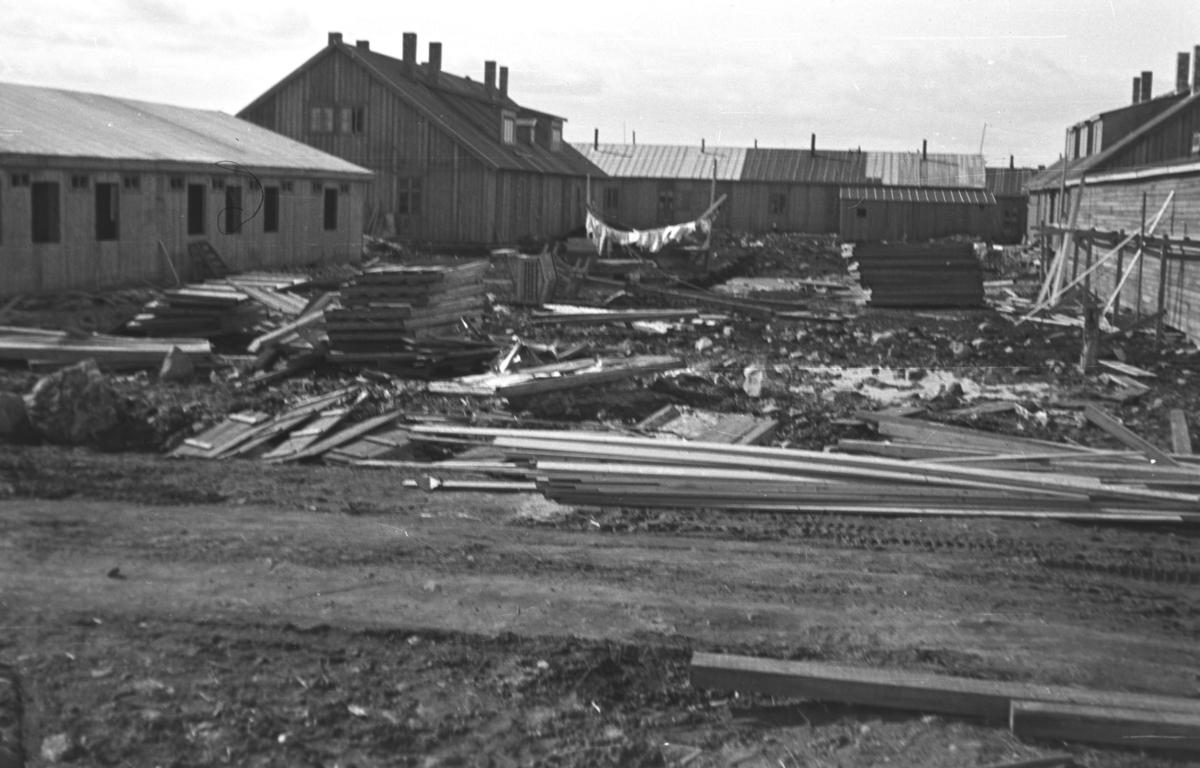 Gjenreisning i Vadsø etter 2. verdenskrig. En del brakker er kommet opp i sentrum.