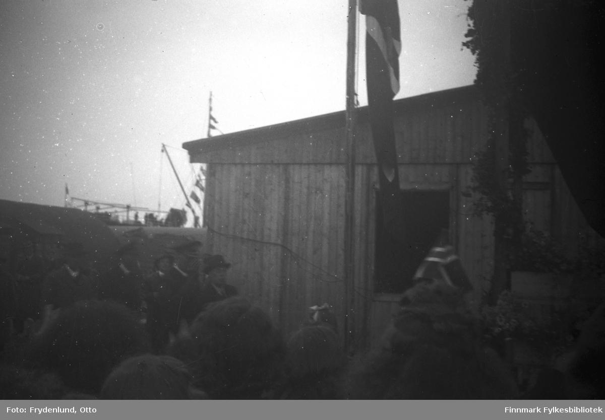 Kong Haakon VIIs besøk i Vadsø 12. juli 1946. Forrest i følget kong Haakon sammen med fylkesmann Hans Gabrielsen. Bildet er tatt i nærheten av havneområdet, der kongen ble satt i land av en sjalupp