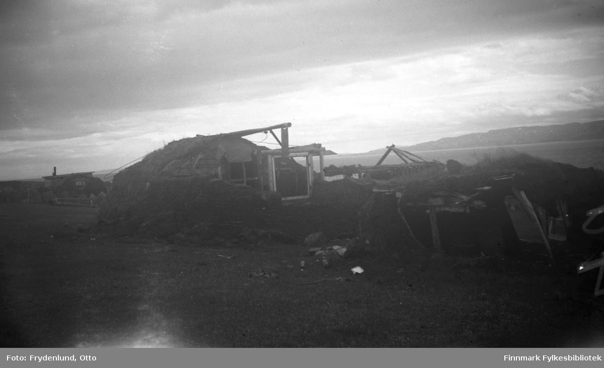 Gamme, antakelig ved Varangerfjorden. I bakgrunnen ser vi en liten hytte. Begge bygningene har nok vært brukt som midlertidige boliger mens eierne ventet på skikkelig husvære