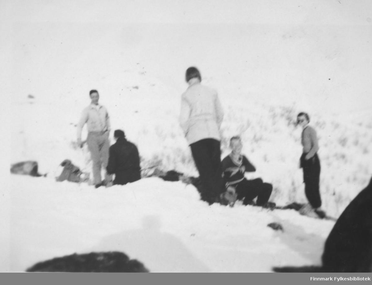 Skitur i Bugøyfjord, påsken 1935. Fra venstre: Sverre Joki, ukjent, Ella Gunnari, Bjarne Mangor Nilsen og Solveig Evanger tar seg en rastepause.