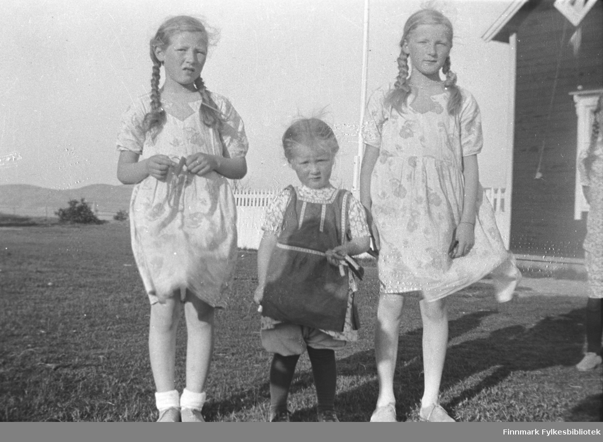 Tre av Mikkola-søstrene i sommerkjoler. Fra venstre Kari, Herlaug og Gudrun