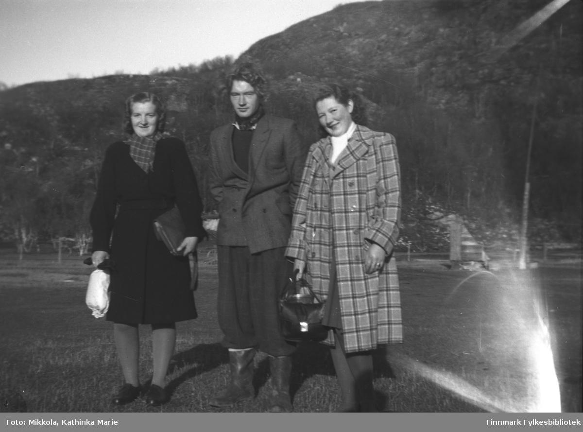 Fra venstre: Astrid Mikkola, ukjent, Kari Mikkola på gården Mikkelsnes. Bildet kan være tatt ca. 1945-1950