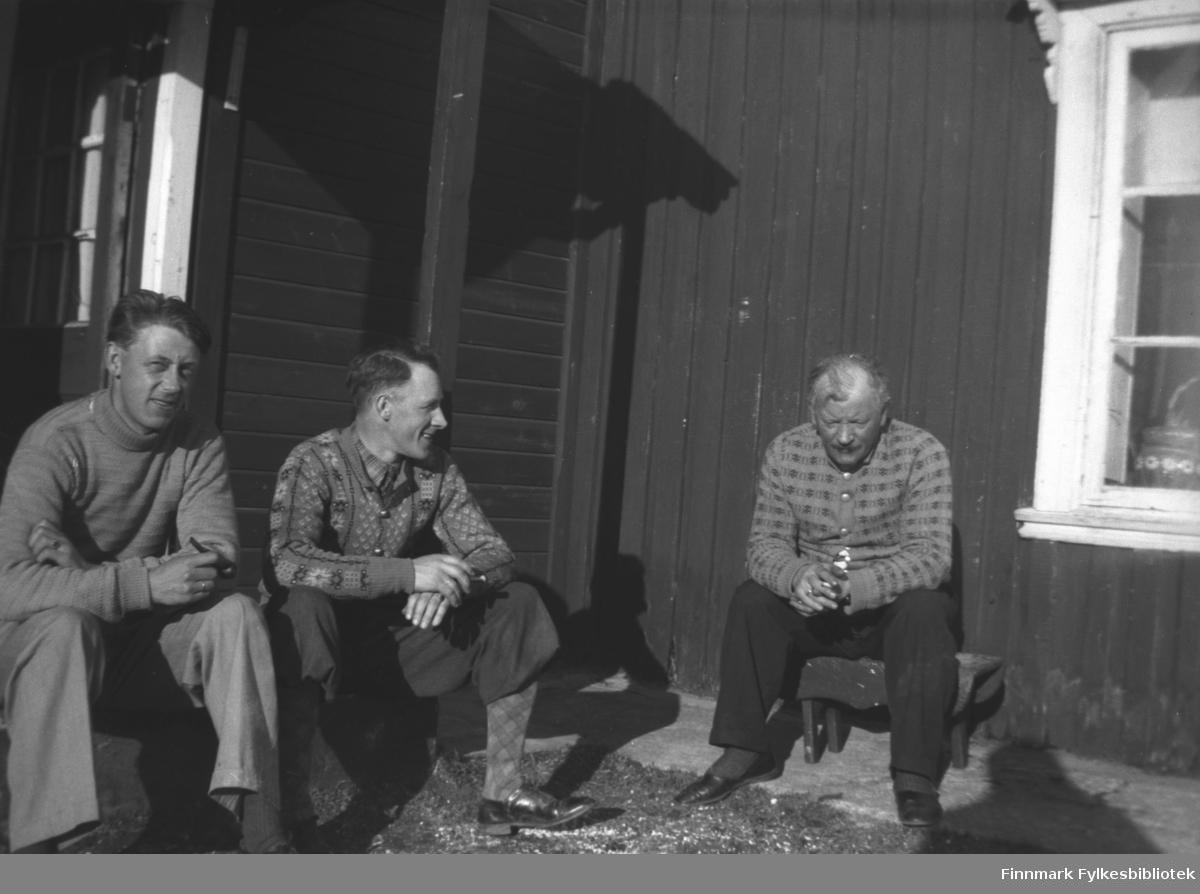 Menn i samtale i solveggen på Mikkelsnes. Fra venstre: Ukjent, Per Sivle Olsen og Aksel Konrad Mikkola