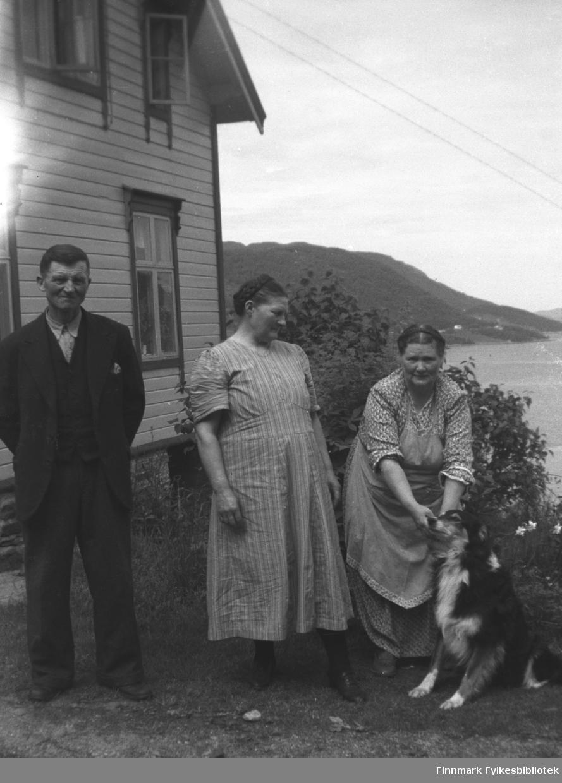 Kathinka Mikkola på besøk hos søsteren sin i Møre og Romsdal, ca. 1950? Fra venstre: Johannes og Astrid Kornberg, Kathinka Mikkola. Bildet er tatt ved samme anledning som 05007-347 og 05007-485
