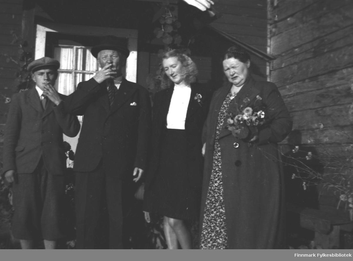 Gruppebilde ved inngangen til Mikkelsnes, fra venstre: Aslak Aikio, Aksel Konrad, Marine og Kathinka Mikkola
