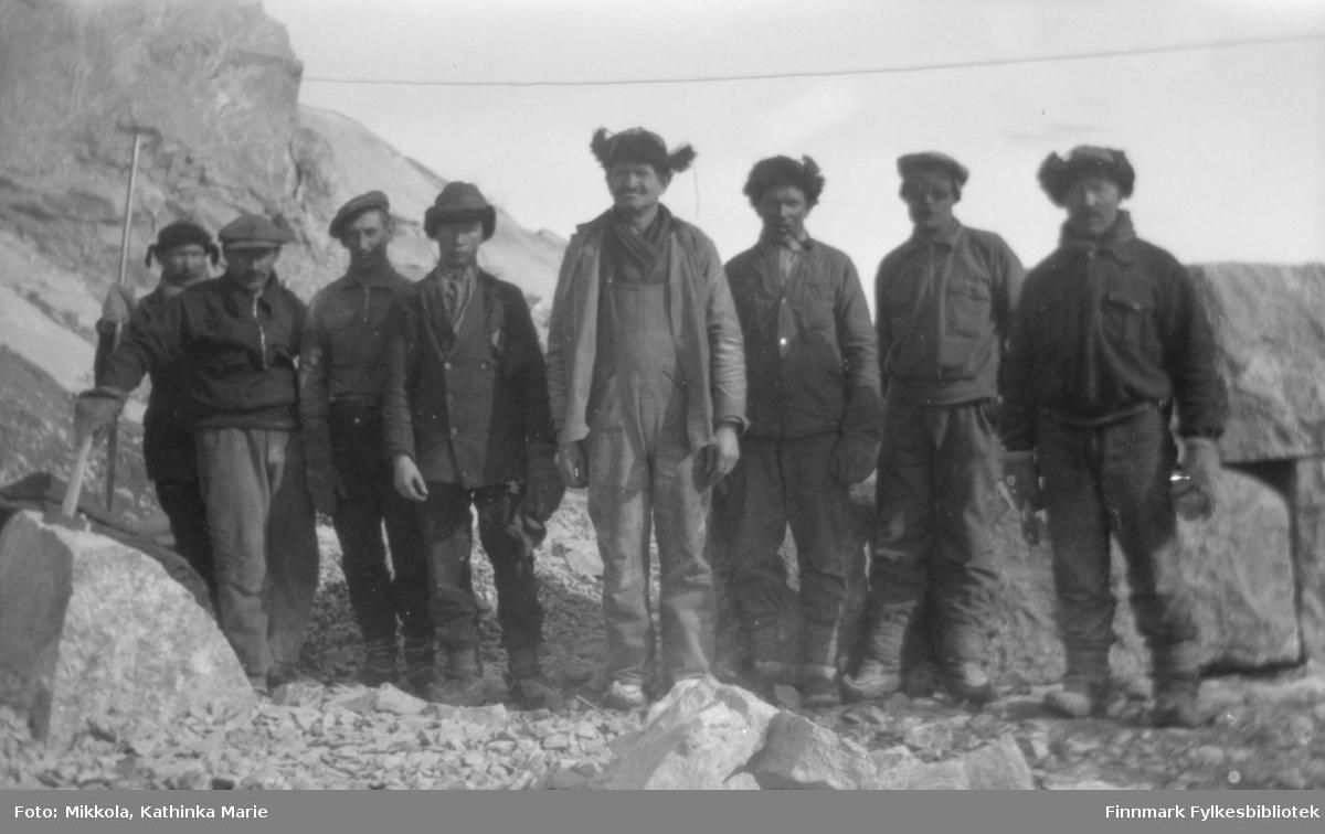 Arbeidsgjeng som jobbet på bygdeveien i Neiden. Arbeidet ble påbegynt i 1924, og veien ble tatt i bruk i 1937. Fra venstre: Mathis Riesto, Karl Wara, Karl Andersen, Eilif Labahå, den svenske steinhuggeren Stenby, Eilert Kaikonen, Tobias og Johan Wartiainen