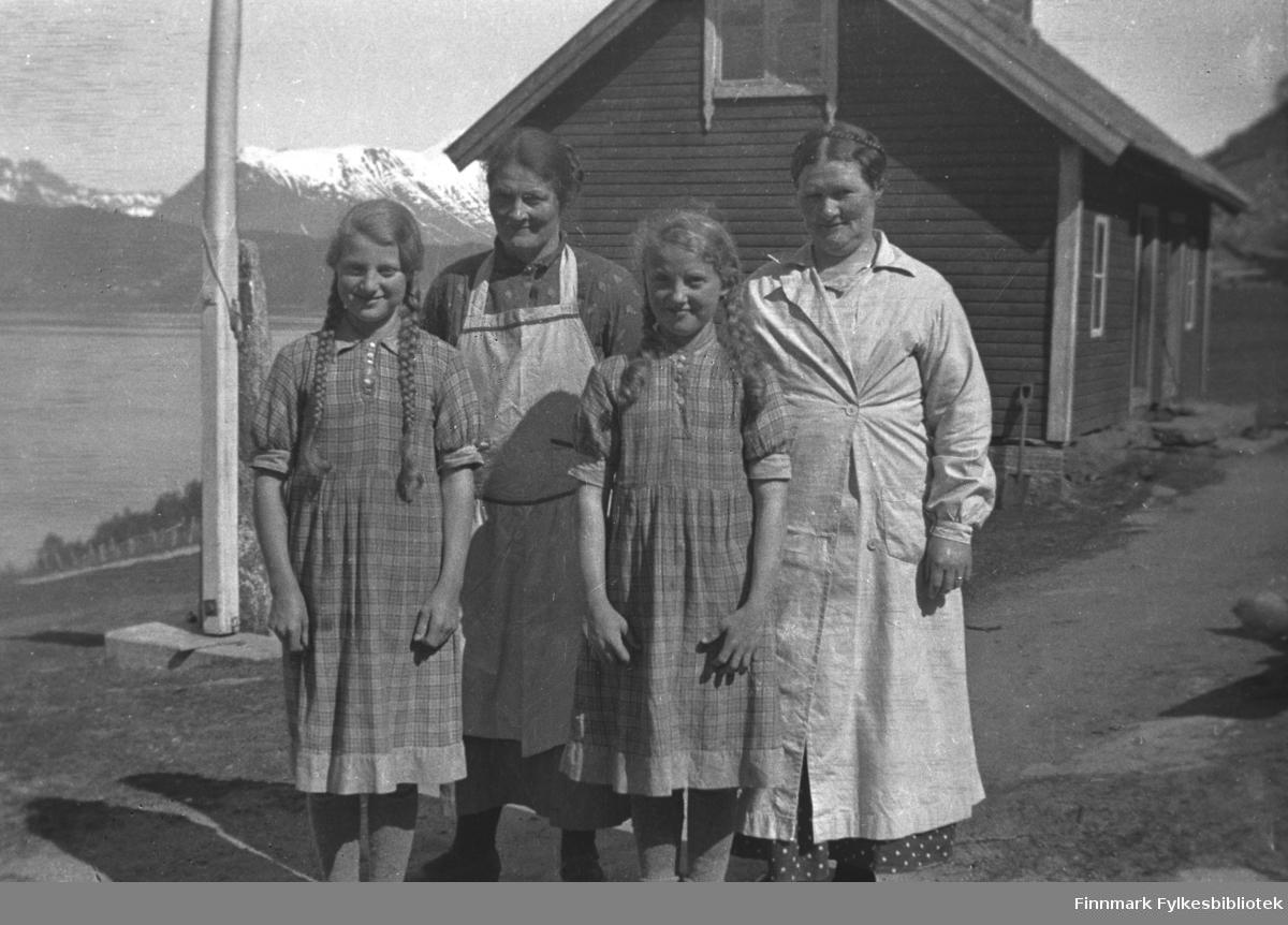 På Kornberg. Kathinka Mikkola med søsteren Astrid Kornberg og døtrene til Astrid, Ingeborg og Aslaug. Bildet er tatt i Saltstraumen ca. 1935-36.