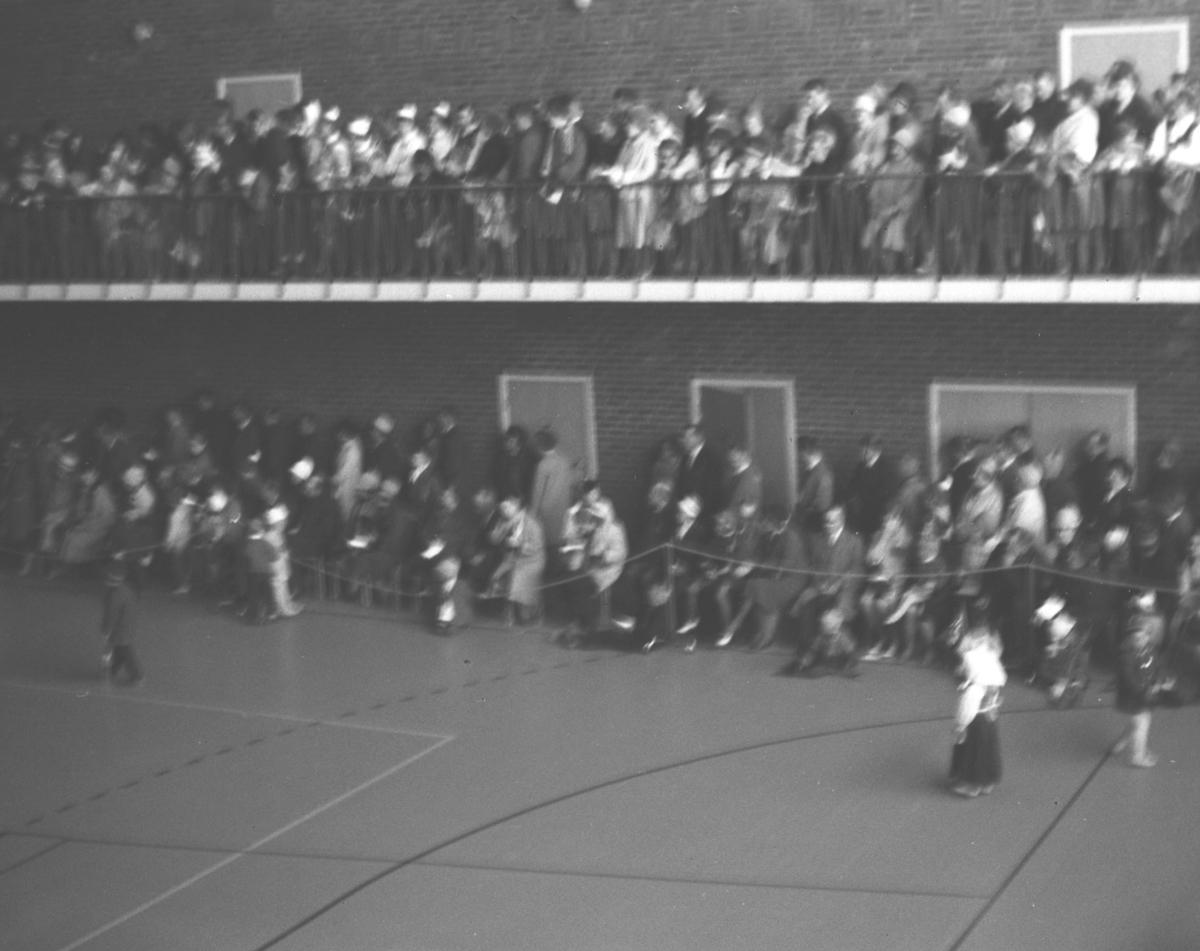 Mye folk er samlet i aulaen på Vadsø folkeskole. Anledningen er ukjent, men kan være 17. mai.