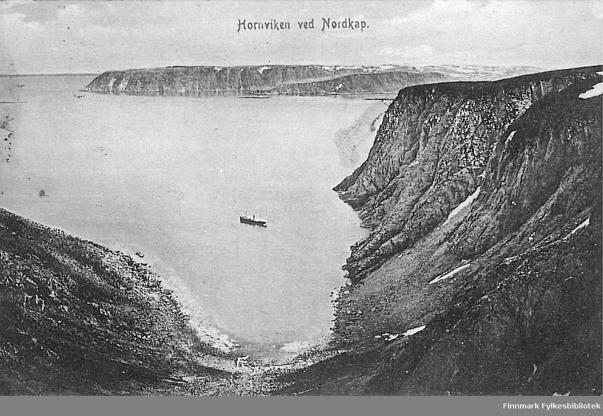 Postkort med motiv av Hornvika ved Nordkapp. Kortet er en jule- og nyttårshilsen til Arthur og Kirsten Buck på hasvik og er sendt fra Hammerfest rundt 1910-1915.