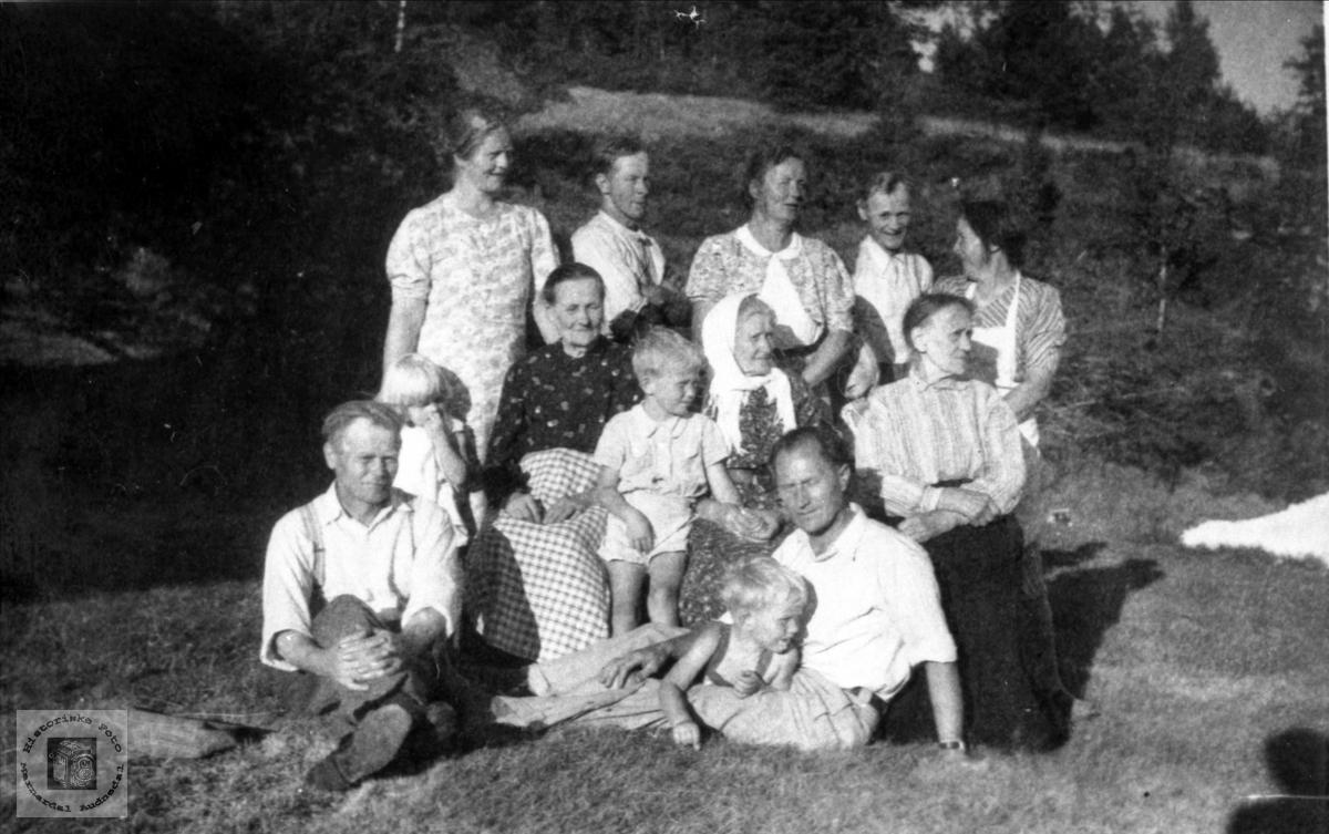 Unge og gamle samles ofte på Røynesdal