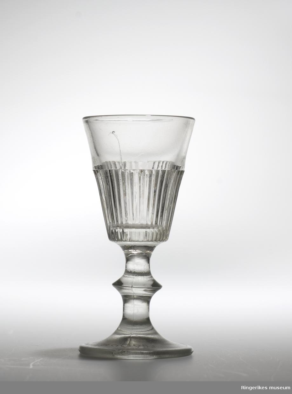 Glass fra Hadeland glassverk Riflet med knapp pressglass 1856