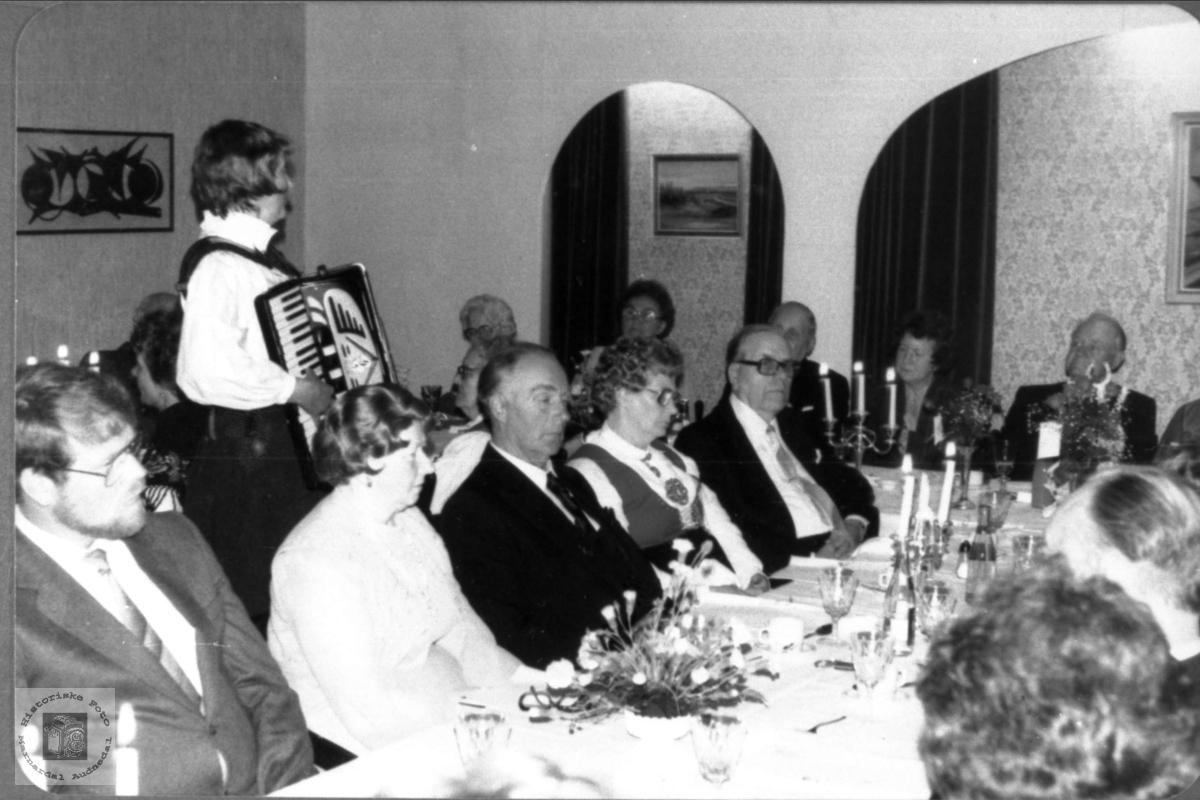 Musikk under middagen i Emma og Erling Røynesdals gullbryllaup