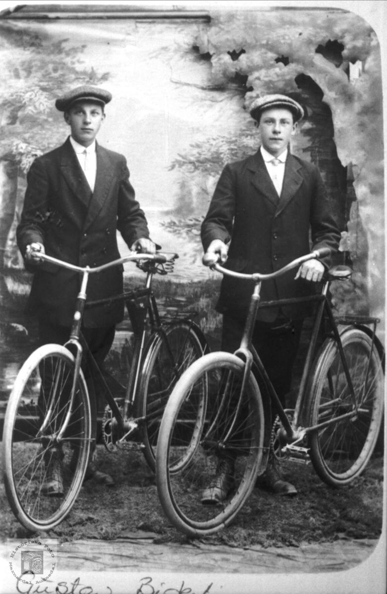 Unge gutar på sykkel.
