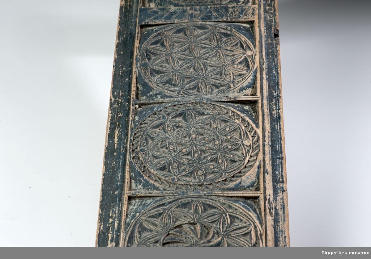 Seksbladsroser i sirkler og sirkler med stråler fra et midtpunkt, korsformer og siksakk border.  Stillisert hest/ figur