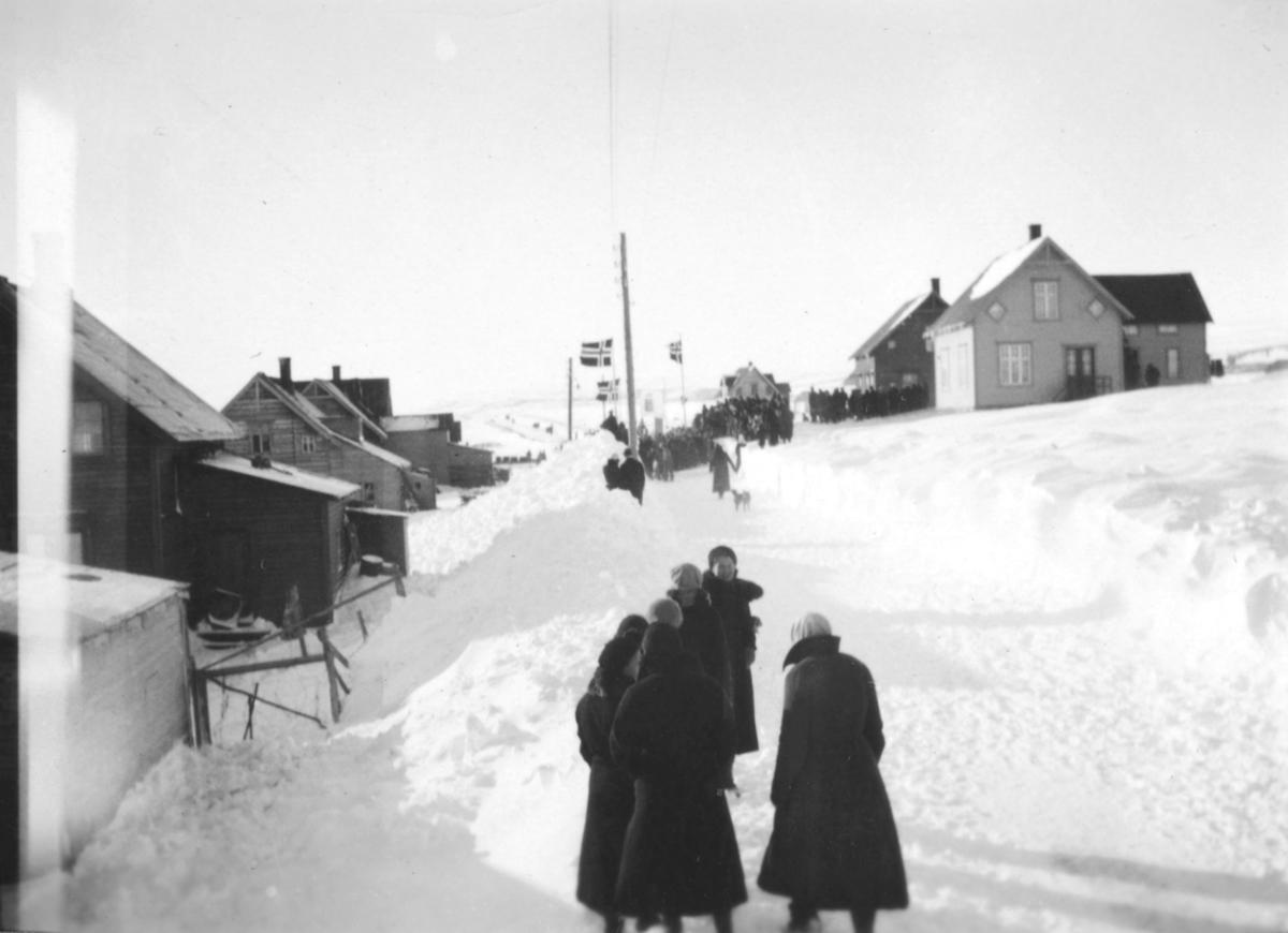 Kronprins Olav, og Kronprinsesse Martha på besøk i 1934. Bildet er tatt ifra indrebyen i Vadsø