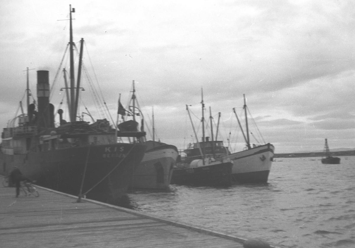 Flere båter ligger fortøyd ved kai i Vadsø havn.