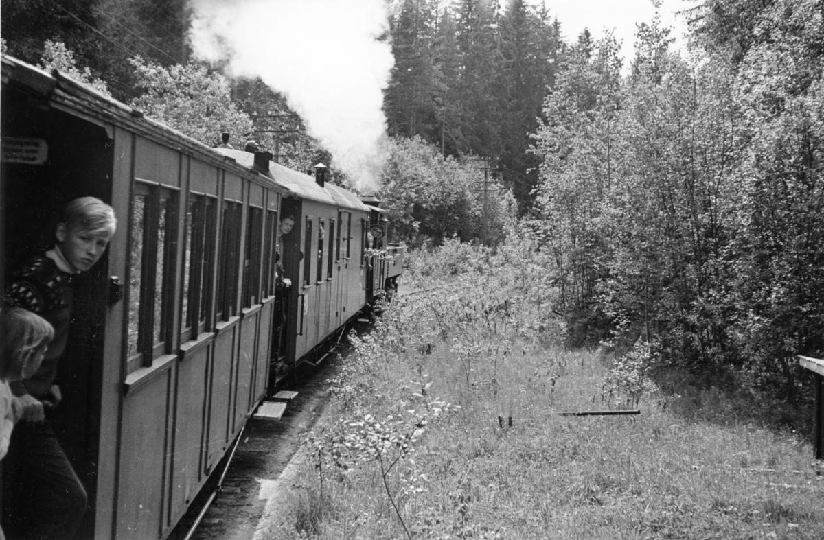 Fra en av de første prøveturene med damplok 6 Høland på museumsbanen. Turen ble arrangert for andelshavere og deres familie.