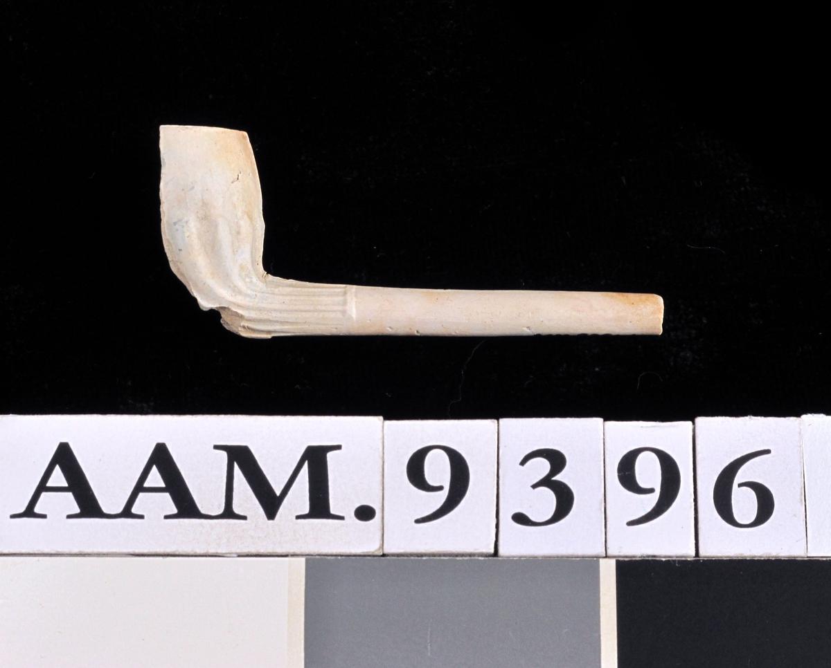 Samling krittpipefragmenter    a) b) 2 fragmentariske hoder med et stykke stilk   6 og 7 cm  bevart, det ene stpl.   B J eller J B  =Jacob Boy, i Drammen,  4 sideske~r av hoder 1752 1770.    c) 1 lite hode 1600 årene, tidlig hollandsk type.    d) 1 lite ditto 1700 årene, tidlig hollandsk type.