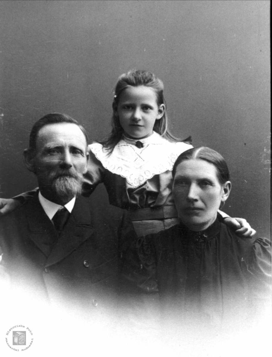 Portrett. Ole og Berte Fidje med yngstebarnet Agnes.