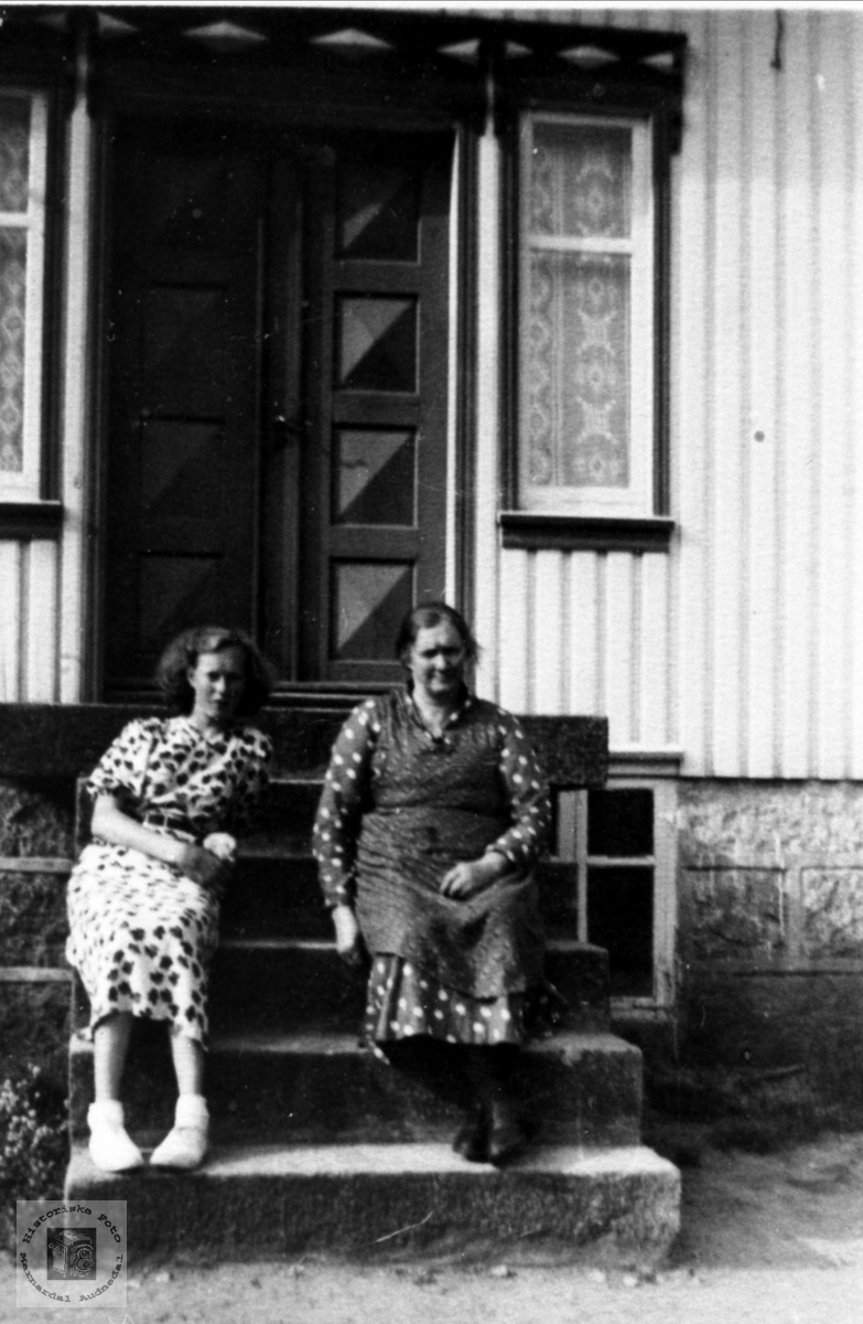 Portertt av mor og datter, Liv Kristine og Agnes Mobekk