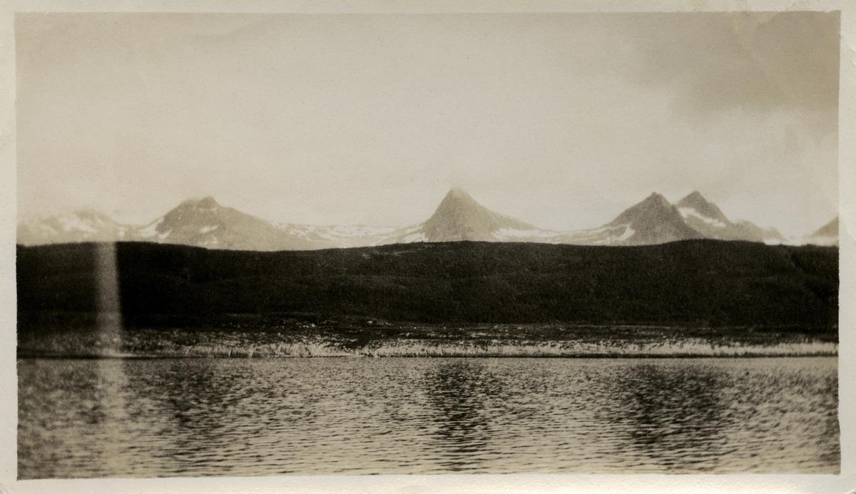 Tre ukjente snødekte fjelltopper, fotografi muligens tatt i Nordland.