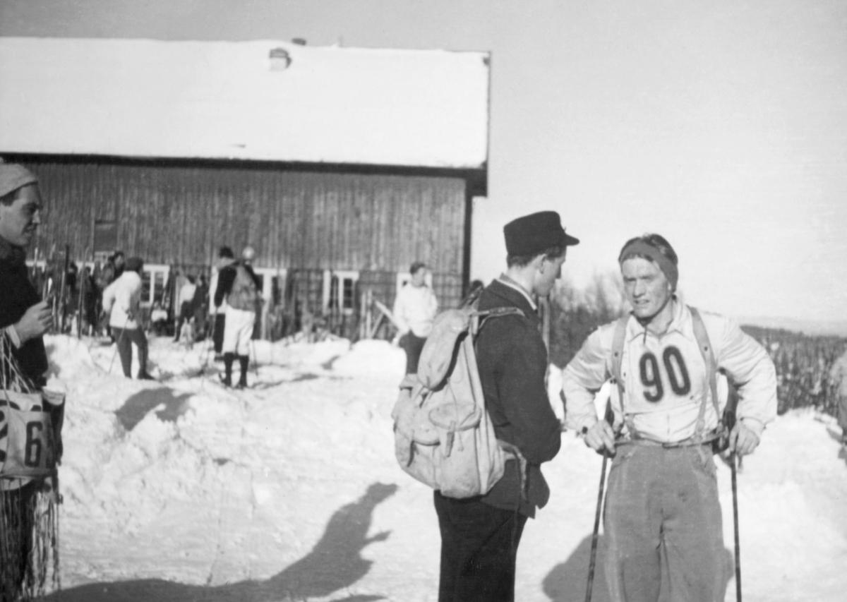 """""""To gode venner, Karl Rasmussen (t.v.) og Axel Bønå diskuterer strategi for løpet i 1939 eller - 40."""""""