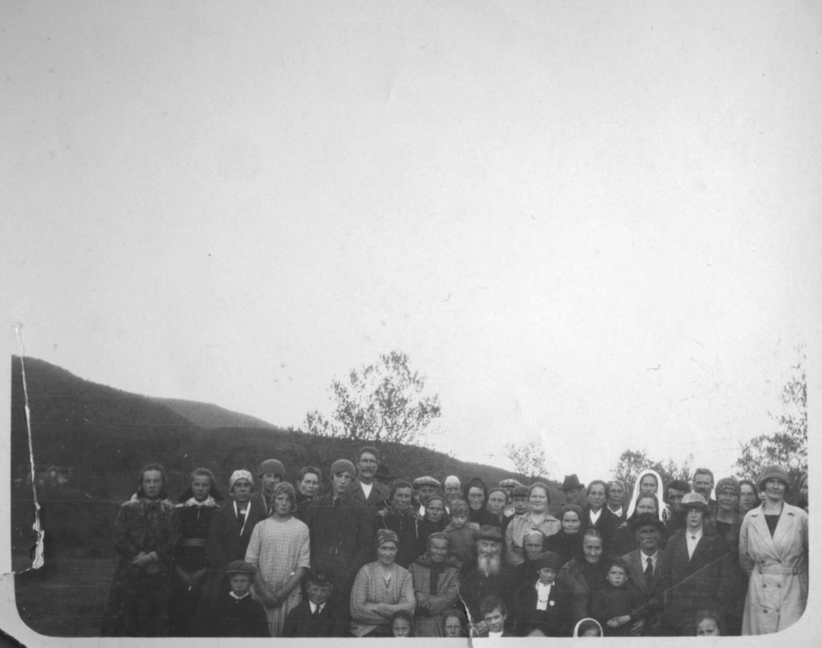 Dette sjeldne bildearrangementet er tatt av noen av de som bodde i Luftjokdalen i 1930. Bildet ble tatt i forbindelse med en læstadiansk samling. her