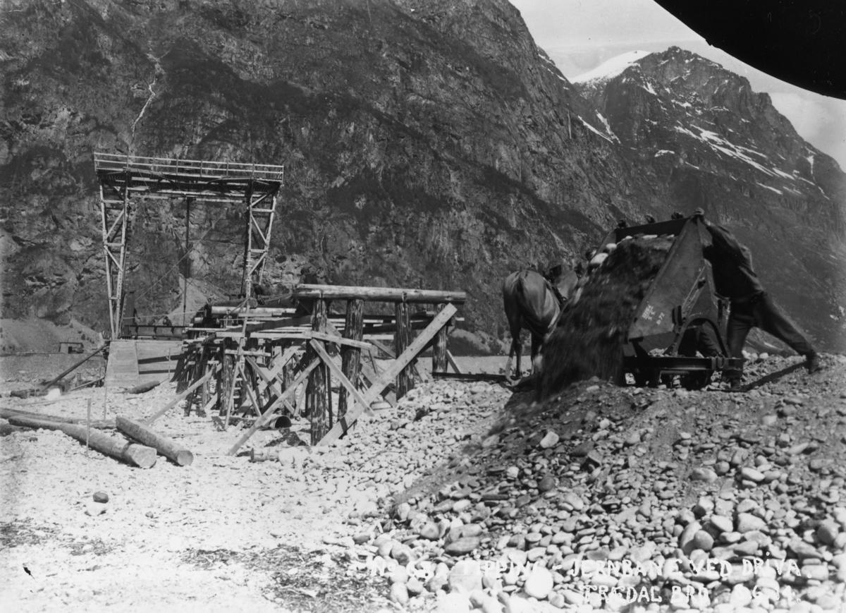 No 68 Tipping - jernbane ved Driva. Trædal bro 8-6-14. Bygging av jernbanebro på Aurabanens sidelinje Tredal-Krogshamn.