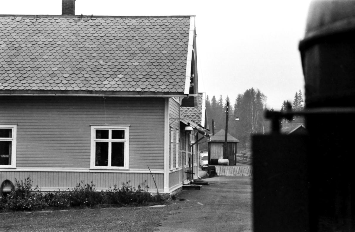 Ekstratog for Norsk Jernbaneklubb kjører inn på Bøverbru stasjon, Skreiabanen.