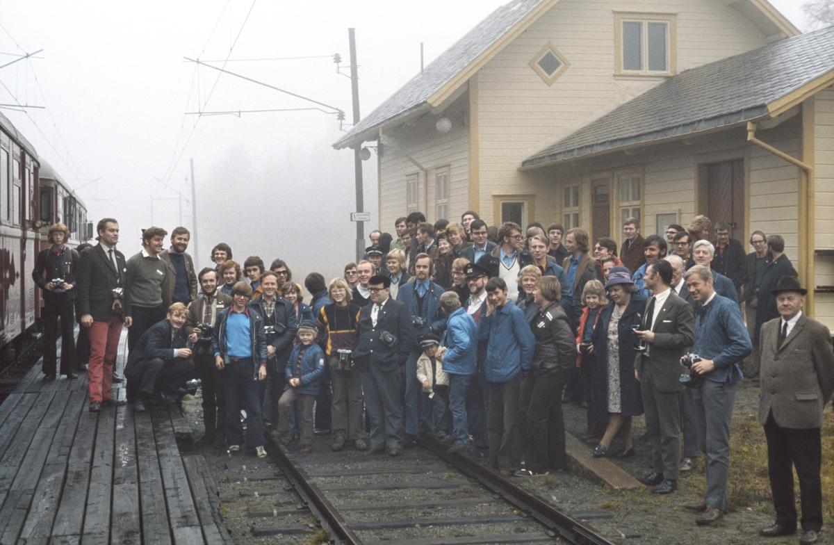 Deltagere på Norsk Jernbaneklubbs tur til Skreia på Kutjern stasjon.