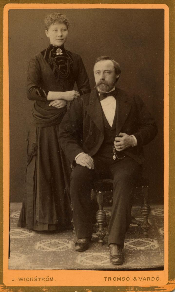 Eilert Nikolai Brodtkorb, (født 9.april 1862, død 10.november 1931, 69 år gammel) og fru Bergitte Cathrine Brodtkorb (født Gundersen, 28.mai 1859, død 2.juni 1888, 29 år gammel). Eilert Nikolai Brodtkorb var  kjøpmann og tysk konsul i Vadsø. Fotografert av Johan Erik Wickstrøm, Tromsø/Vardø.   Eilert var sønn av Lauritz Lassen Brodtkorb, russisk konsul, kjøpmann i Vadsø og Vardø, skipsreder og vicekonsul, (født 15.mars 1832  i Vardø og død 11.oktober 1904 i Vadsø.) Lauritz Lassen var gift med Anna Bernhardine Brodtkorb (født 31.august 1832 i Vardø. Hennes foreldre var Andreas Esbensen Brodtkorb og Birgitte Cathrine Margrethe Brodtkorb). Eilert var senere også gift med Maren Bolette Sophie Brodtkorb (født 6.desember 1860 i Horten, Vestfold og død 9.november 1910 i Vadsø). Maren var datter av Morthen Jacobsen og Birgitte Dominice Jacobsen. Barn av Eilert Nikolai Brodtkorb var Inga Hollum, Lauritz Lassen Brodtkorb (med 1.kone) og Birgitte Brodtkorb Lundvall og Botolf Brodtkorb (med 2.kone).  Lauritz Lassen Bordtkorb (født 15.mars 1832) var sønn av Eilert Nicolai Brodtkorb (født 11.november 1807) og Elisabeth Rebekka Kildahl Brodtkorb. Eilert Nicolai var også kjøpmann og konsul i Vadsø. Han var født i Vadsø og døde på Singsaker gård, Trondheim 10.mars 1869. Eilert Nicolais far; Lauritz Lassen Brodtkorb, født 4.april 1760 var prest, sogneprest og postmester i Vadsø. Han var født på Kvernes i Kristiansund og døde på Tjøtta, Helgeland 14.august 1844, 84 år gammel (demens). Sognepresten Lauritz Lassen Brodtkorb var sønn av Eiler Christian Brodtkorb (født 5.juni 1721), som var løytnant, veier og måler i Kristiansund. Han var gift med Anna Thue Ross og Anna Mölmann Tønder. Eiler var sønn av oberst Tobias Brodtkorb og Anna Dorothea Hiernclow. Obersten var født i Fredrikstad, 6.august 1685 og døde i Hasselvik, Stadsbygd, Sør-Trøndelag. Tobias var sønn av Christian Tobiassen Brodtkorb, født 29.juni 1653 i Fredrikstad som igjen var sønn av Tobias Brodtkorb, født i Leipzig, Sachse