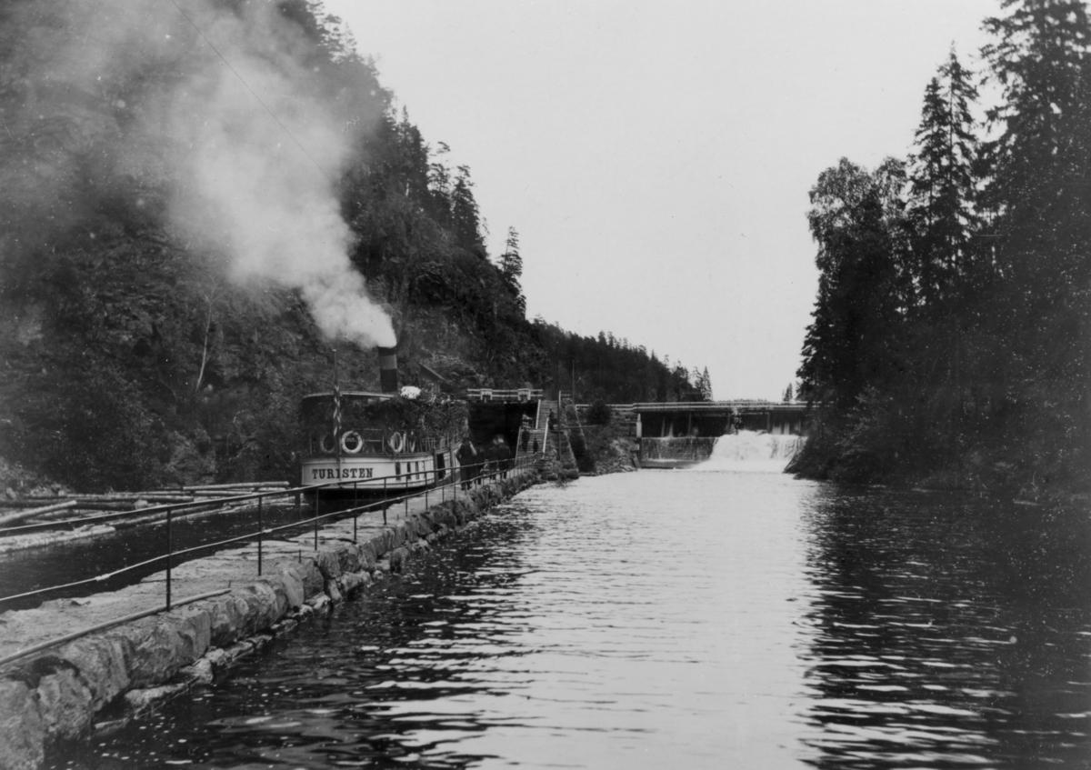 DS Turisten i gamle Brekke sluser i dagens Halden kommune. Båten er på vei inn mot øvre dam/sluse, også kalt Bomfoss dam.