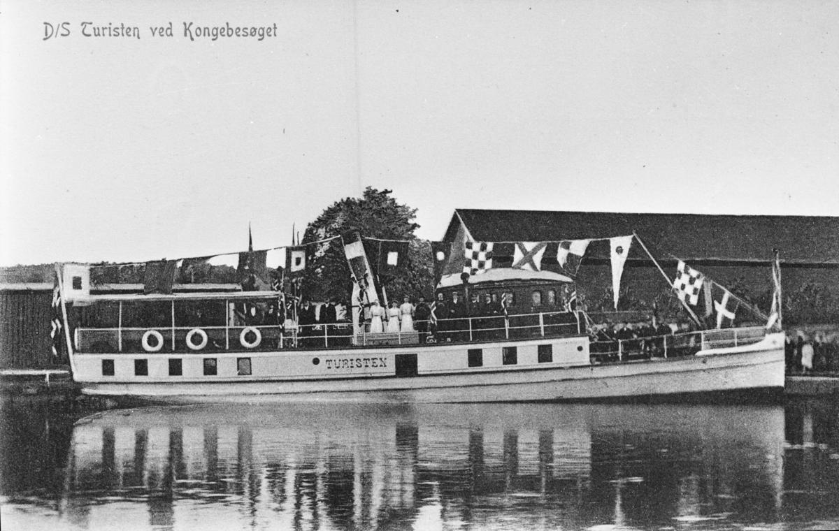 D/S Turisten ved Tangen brygge ved Tistedal, flaggpyntet i forbindelse med Kong Haakons besøk